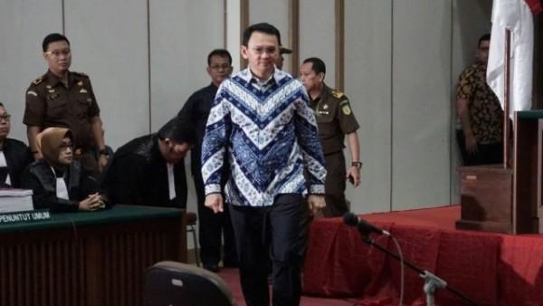 Sidang Ahok dengan vonis 2 tahun kurungan penjara. Mantan gubernur DKI Jakarta, Ahok akhirnya divonis penjara selama 2 tahun dengan kasus penistaan agama. Hal ini menjadi sorotan Karena membelah opini masyarakat.