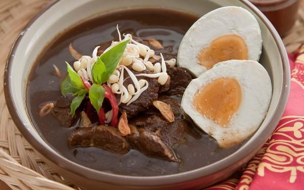 Rawon Sama seperti soto, rawon adalah makanan yang lebih lezat jika sudah dihangatkan dan nginap.