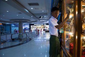 Pusat perbelanjaan juga jarang didatangi pengunjung. Wah kira-kira kira barangnya banyak yang expired nggak ya?