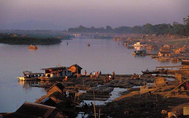 Sungai Irrawaddy, Myanmar Sungai yang terletak di Myanmar ini menjadi lautan sampah karena banyak warga yang membuang sampah tidak pada tempatnya. Sampah yang bermuara di Laut Andaman akhirnya ikut hanyut ke laut dan menjadi penyebab laut menjadi kotor.