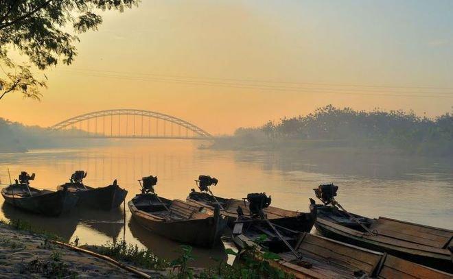 Sungai Bengawan, Solo Kebiasaan orang Indonesia yang masih sering membuang sampah sembarangan menjadi penyebab banyaknya sampah plastik yang tersebar di laut salah satunya adalah sungai Bengawan Solo. Mulai sekarang, buang sampah pada tempatnya ya biar nggak mencemari lingkungan lagi!