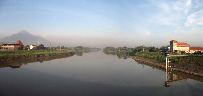 Sungai Brantas, Indonesia Masih dari Indonesia, pada tahun 2015 lalu Indonesia berada di urutan kedua Sebagai negara penyumbang sampah plastik ke laut. Dan salah satu penyebab utamanya adalah Sungai Brantas. Sepertinya kita harus membiasakan diri untuk membuang sampah pada tempatnya, Pulsker, supaya tidak mencemari lingkungan.