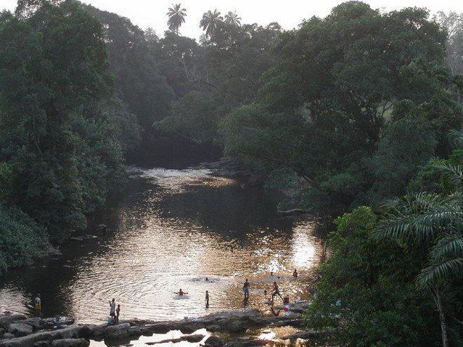 Sungai Salib, Nigeria Sungai yang terletak di perbatasan antara Nigeria dan Kamerun ini bermuara di Samudra Atlantik. Sungai ini memang penuh dengan sampah. Hal ini karena para warganya juga tidak memiliki kesadaran untuk membuang sampah dengan cara yang benar. Padahal sungai ini masih dipakai masyarakat untuk melakukan kegiatan seperti mandi dan mencuci baju.