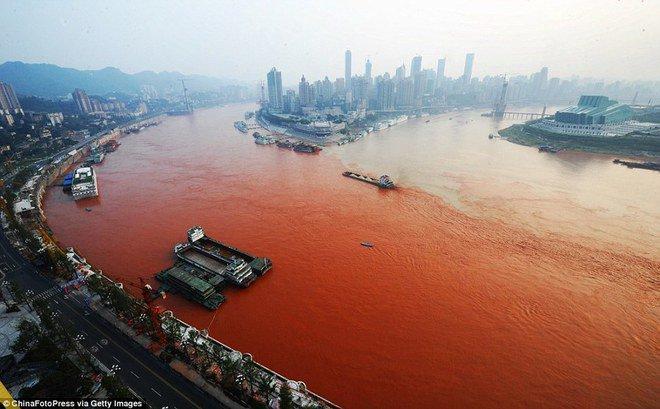 Sungai Yangtze, Tiongkok Yang terakhir masih dari Tiongkok. Sungai yang bermuara ke laut Tiongkok Timur ini adalah penyumbang sampah plastik laut terbesar di dunia. Sungai ini sudah terkontaminasi sampah dan limbah pabrik. Lihat aja, warna air sungai ini nggak ada bening-beningnya :(