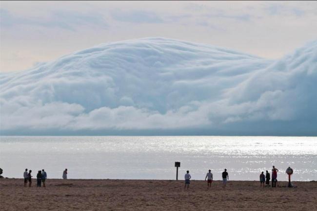 Apa yang kamu lihat ini bukanlah tsunami ataupun badai, karena ini hanya sebuah awan yang menyatu dengan pantai. Sangat menakjubkan.