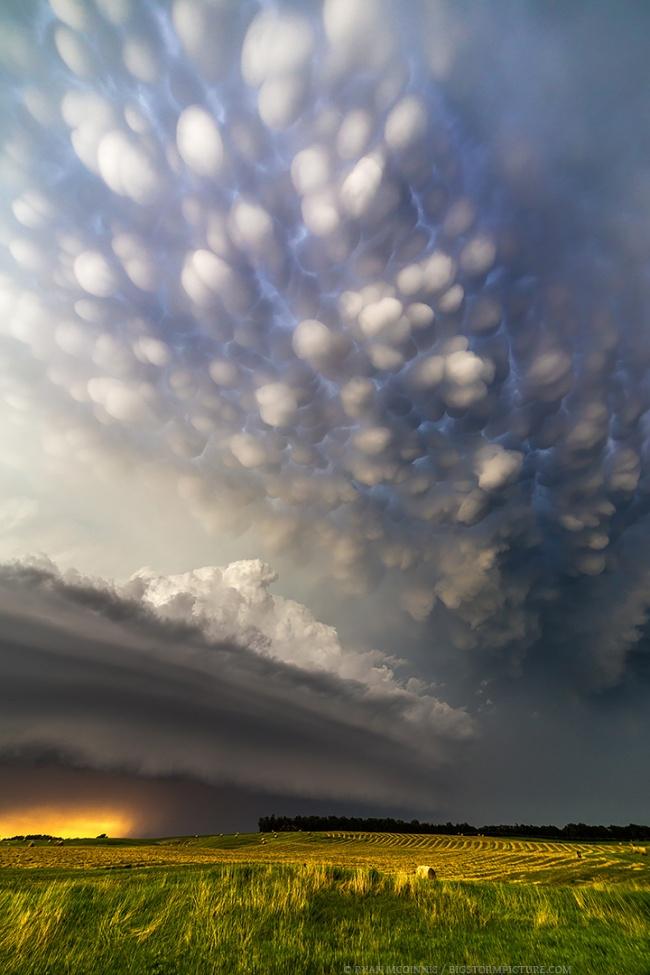 Bentuk awan ini seperti akan jatuh ke bumi, kira-kira apa ya penyebabnya?