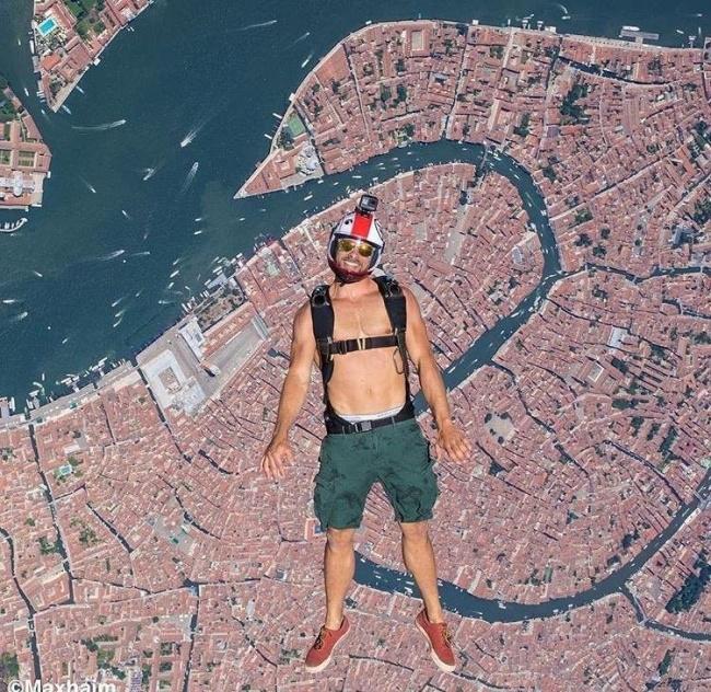 Bukan Photoshop ya! Tapi pria ini berhasil mengambil foto sempurna dengan cara berada di semua wilayah Venice dari udara.