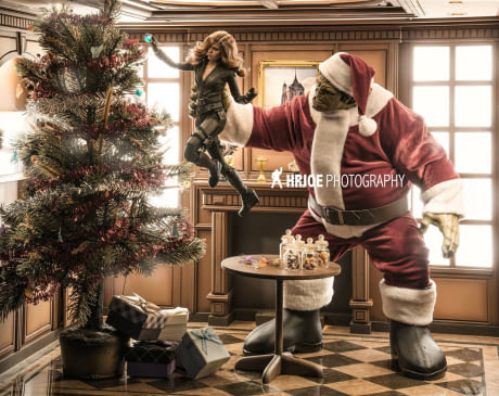 Si Hulk lagi menghias rumah untuk menyambut Natal nih Pulsker, rumah kalian gimana?.