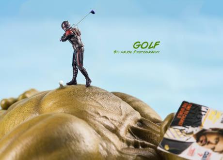 Saking gedenya, tubuh Hulk bisa buat main golf lho.