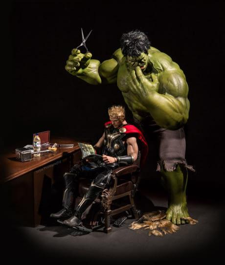 Hulk aja sampai nggak tega lho motong rambut si Thor, sampai nangis segala. Nah, itu dia Pulsker ilustrasi sisi lain kehidupan para superhero yang tergambar dari foto action figure jepretan Hrjoe Photography. Keren dan unik kan?.