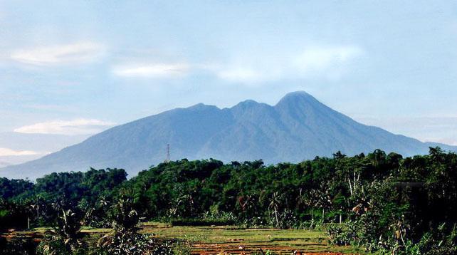 Gunung Salak, Jawa Barat Sering dikatakan bahwa keangkeran yang berada di Gunung Salak berasal dari makam Mbah Gunung Salak yang terletak di Puncak tertinggi yaitu Puncak Salak 1 dengan ketinggian 2211 meter diatas permukaan laut. Bahkan para pendaki diwanti-wanti untuk selalu bersikap sopan dan menjaga perilaku, serta para wanita juga dilarang mendekati makam ini.