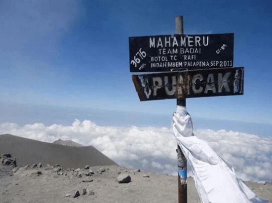 Gunung Semeru, Jawa Timur Sudah menjadi rahasia umum Jika gunung ini banyak memiliki kisah mistis, salah satu yang terkenal adalah Arcopodo atau Arca kembar yang katanya hanya bisa dilihat oleh orang tertentu saja. Terus di sini katanya juga ada makhluk astral cewek dan ikan mas gaib di Danau Ranu Kumbolo. Saat mendaki gunung, tetap ingat selalu jaga sikap ya!