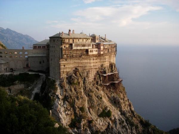 Gunung Athos, Yunani Gunung Everest yang terletak di Yunani adalah tempat pertapaan bagi dua ribu biksu dan bagian dari 20 biara Ortodok Timur. Tempat ini hanya dikhususkan untuk para biksu saja, tapi kunjungan dari luar masih diperbolehkan selama ada izin. Dan yang mengunjungi bukan perempuan. Larangan perempuan ke gunung Athos telah berlangsung selama ribuan tahun yang lalu. Nggak cuma perempuan aja lo yang gak boleh datang, tapi hewan betina juga dilarang untuk memasuki areal ini. Wow!
