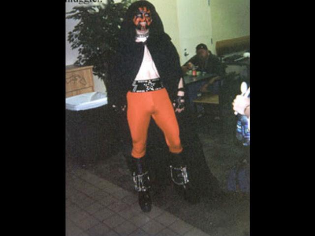 Jadi bingung sendiri, dia sebenarnya Darth Vader apa vokalisnya Korn ya?.