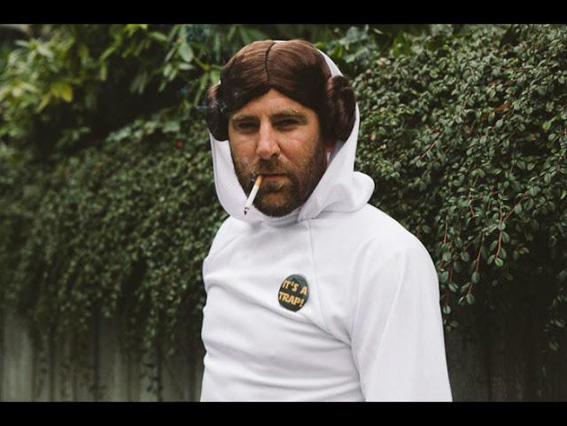 Waduh, sejak kapan ya Princess Leia jadi brewokan gini?. Duh, ada-ada aja ya Pulsker ulah para cosplayer ini.