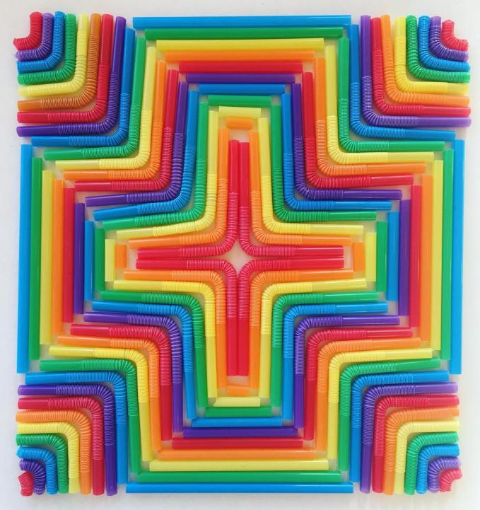 Dengan paduan berbagai warna, sedotan biasa jadi makin enak dipandang. Keren kan Pulsker?. Emang deh, kalau orang kreatif idenya bisa muncul dimana saja dan kapan saja. Benda di sekitar kita pun bisa jadi karya seni menakjubkan.