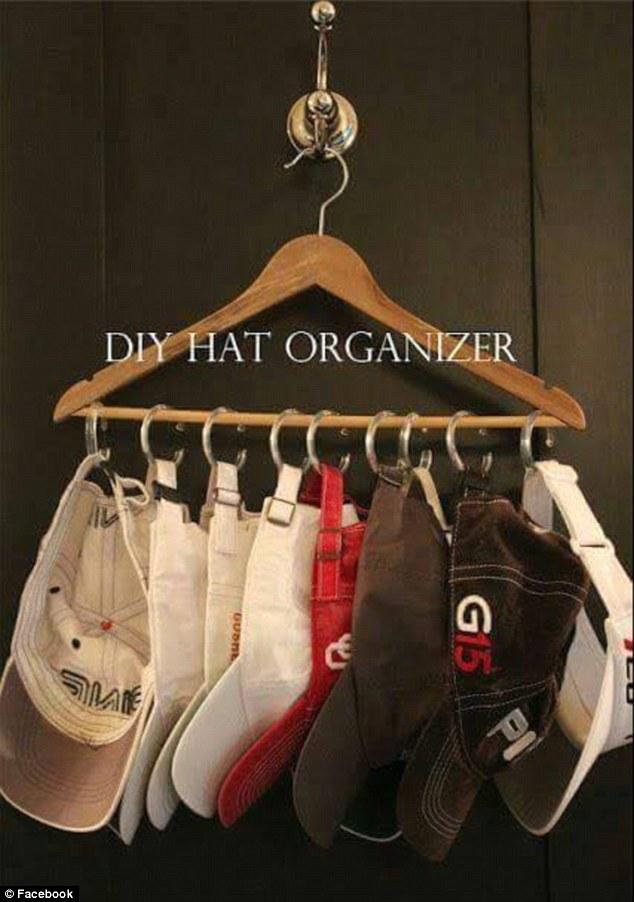 Satu buah hanger bisa buat menampung banyak topi tuh.