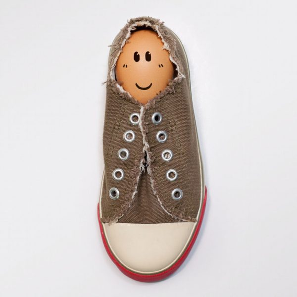 Baru tau nih kalau sepatu juga bisa buat menyimpan telur ayam sob.
