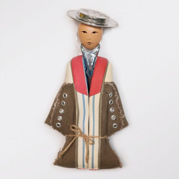Sekilas nggak nyangka kalau kreasi bonekanya terbuat dari sepatu nggak terpakai.