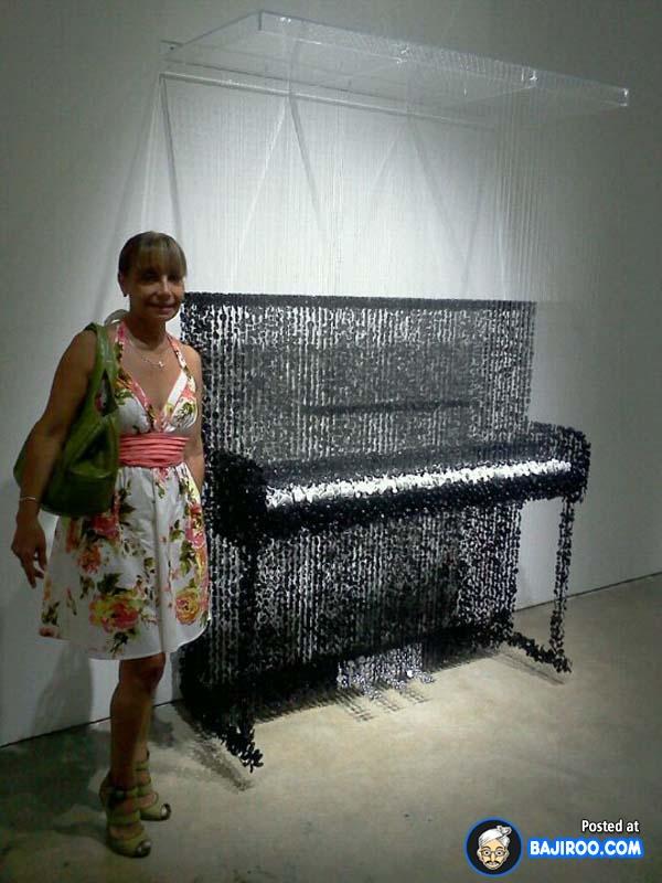 Kalau tadi ada replika bass, kini ada replika pianonya tuh.