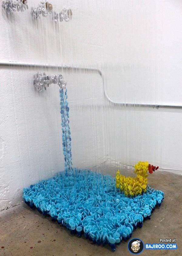 Udah mirip belum sama air dan mainan anak-anak di kamar mandi ini?.