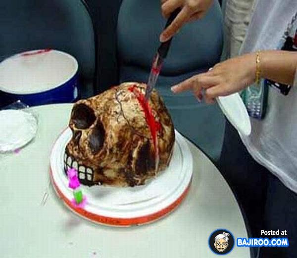 Berani makan kue tengkorak ini Pulsker?.
