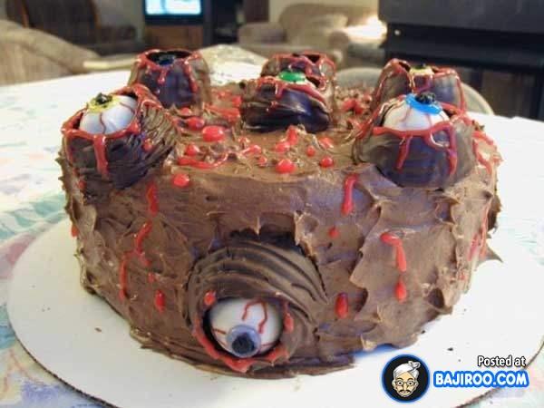 Hii, ada banyak bola mata di kuenya. Jadi ilfil banget deh mau makannya.