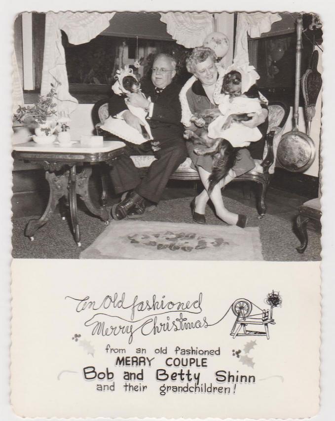 Kakek dan nenek serta anjing kesayangannya juga turut mengucapkan selamat Natal Pulsker.