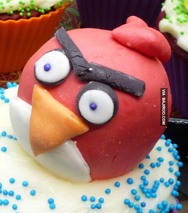 Kue Angry Bird pasti menarik hati anak-anak yang datang kerumah nih gengs.