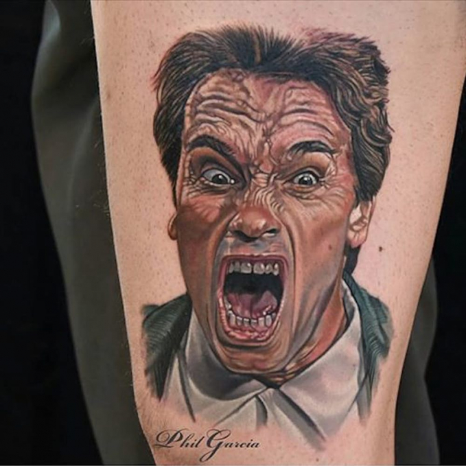 Arnold Schwarzenegger dengan guratan wajah yang pas banget. Emang ya Pulsker, kalau sudah ngefans banget sama idola apa saja bakalan dilakukan. Termasuk bikin tato bergambar sang idola di tubuh.