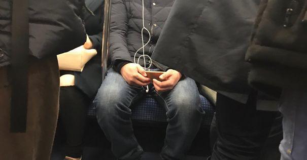 Mendengarkan musik pas banget kabelnya berbentuk nada