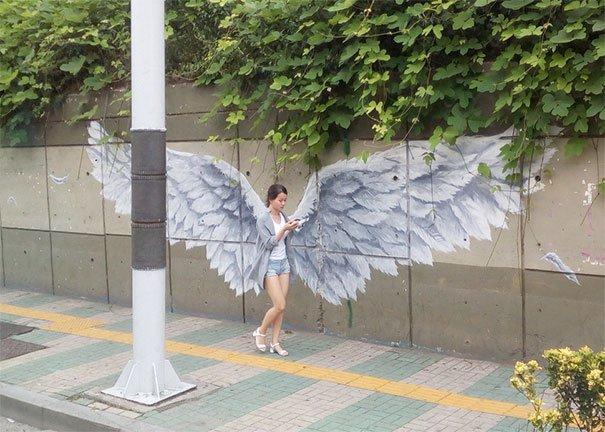 Waw..ada malaikat yang turun dari langit..sambil mainan HP lagi.