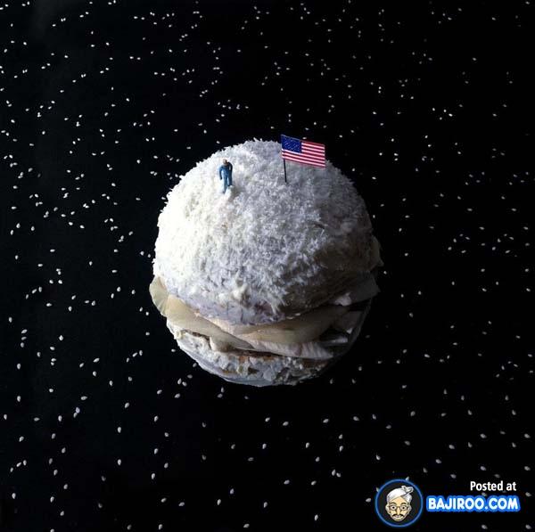 Burger ala-ala luar angkasa nih. Benderanya jangan dimakan juga ya !.
