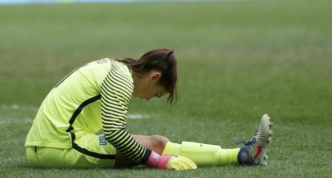 Ini nih kiper sepakbola wanita terbaik Hope Solo, selain jago di lapangan doi juga punya paras menawan lho. Begini ekspresi dia saat mengalami kelelahan di lapangan.