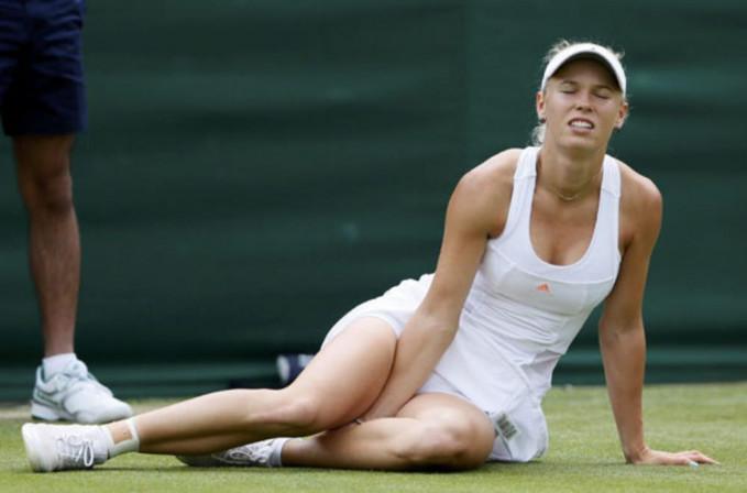 Cedera bagian kaki mengharuskan atlet tenis Caroline Wozniacki rehat sejenak di tengah pertandingan.