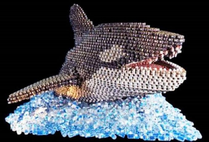Kumpulan kaleng berubah jadi replika seekor paus Orca, si raja lautan.