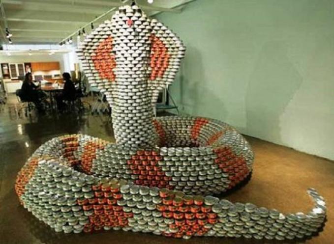 Eits, tenang Pulsker. Ini bukan ular ganas pemangsa manusia beneran kok, cuma patung kaleng aja.