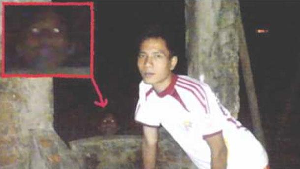 Itu yang ngintip di belakang sumur dengan mata menyala kira-kira hantu atau manusia ya?
