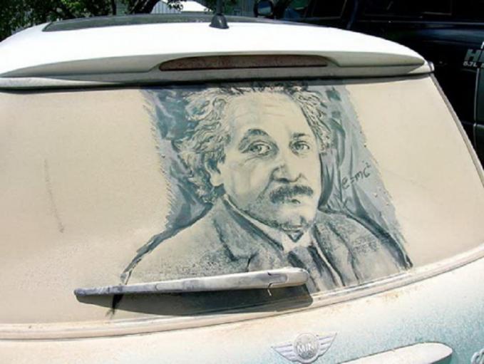 Mirip banget ya Pulsker lukisan Einsteinnya. Sampai guratan wajahnya pun detail banget.