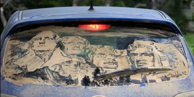 Wah, wajah para bapak pendiri bangsa Amerika di Gunung Rushmore pindah di kaca mobil sekarang.