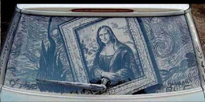 Kalau biasanya kita ngeliat lukisan Monalisa di kanvas, kini sosoknya menghiasi kaca belakang mobil ini Pulsker. Gimana, keren kan?. Makanya gengs, sebelum mobil kita dibersihkan nggak ada salahnya juga lho kita membuat lukisan keren. Lalu kita foto dulu buat kenang-kenangan sebelum lukisannya hilang diguyur air.