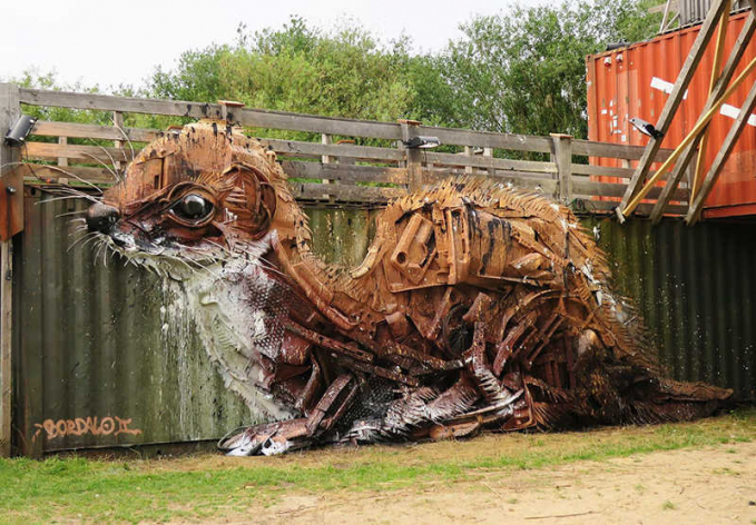 Nggak hanya keren Pulsker, patung sampah karya sang seniman nampak nyata banget ya?.