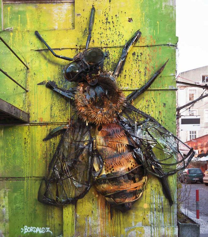 Lebah raksasa juga nampak detail.
