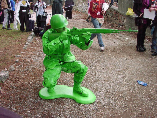 Sikap sempurna bak sebuah patung tentara sob. Nggak capek tuh posisinya kayak gitu?.