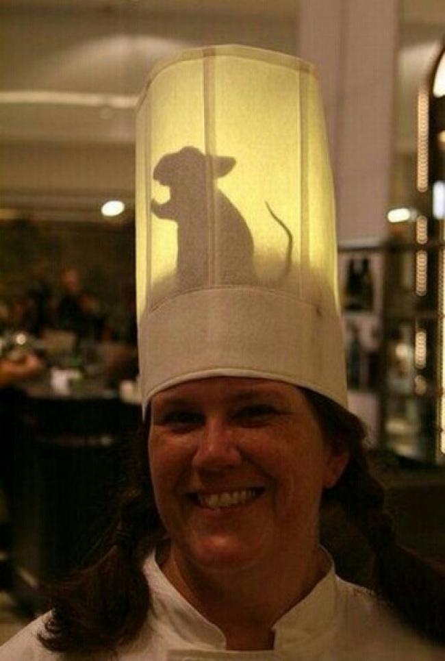 Lho, ada Ratatouille ngumpet dibalik topi kokinya.
