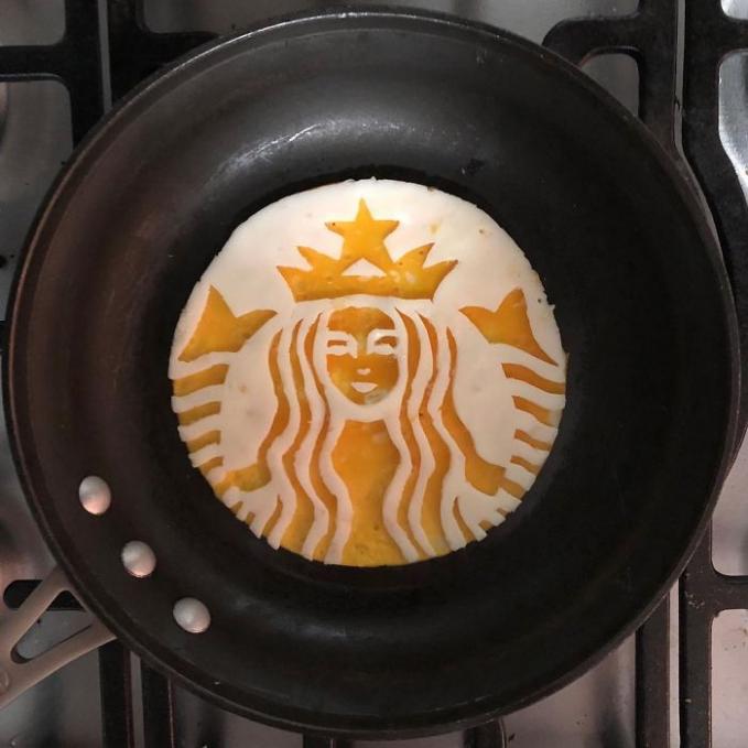 Selain di kopi, logo Starbucks juga ada di telur goreng.