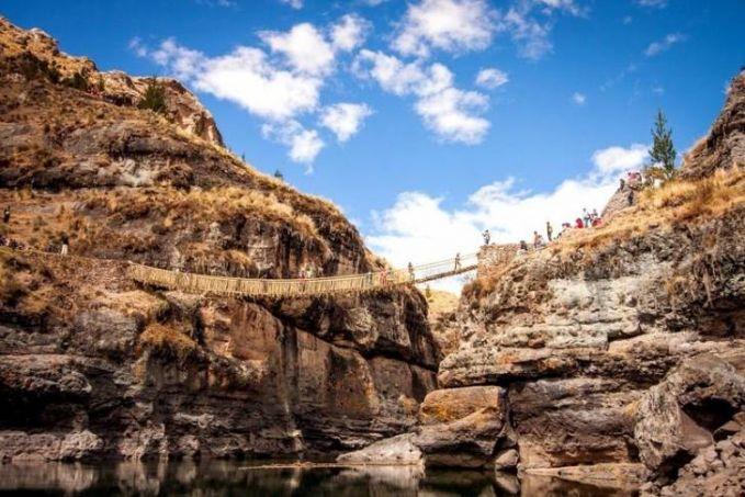 Inca Rope Bridge, Peru Jembatan ini terbuat dari tali. Pada masa lalu orang-orang Inca Masih tradisional dan tidak memakai kendaraan beroda sebagai alat transportasi. Jadilah jembatan ini menjadi sarana paling efektif pada masa itu.