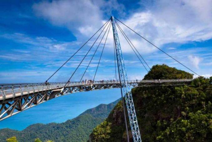 Pulau Langkawis Suspensed Bridge, Malaysia Ya jembatan ini terletak di negara tetangga yaitu Malaysia. Bentuk jembatan ini sangat unik karena terlihat seperti jembatan yang diangkat dengan crane. Apa kamu pernah berkunjung ke sana?