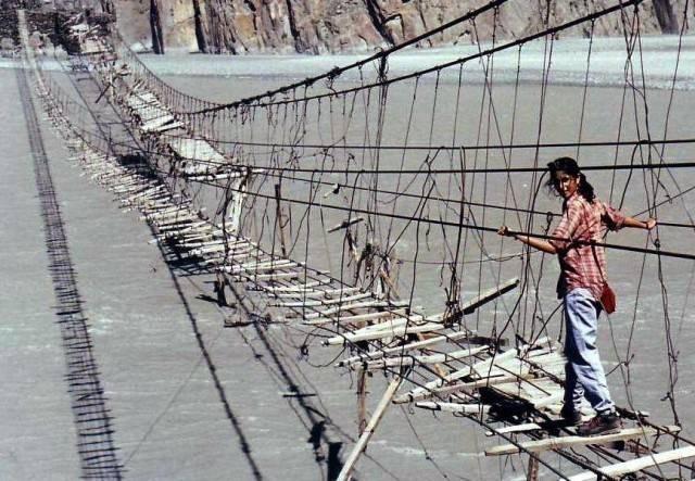 Jembatan Hussaini Hanging Bridge, Pakistan Jembatan ini lumayan ngeri kelihatannya, karena hanya terbuat dari tali saja. Padahal jembatan ini membentang di atas sungai yang sangat luas lho. Coba lihat gambarnya!