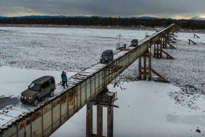Voting River Bridge, Siberia Jembatan ini dibilang sudah sangat tua karena strukturnya hanya terbuat dari kayu, tapi masih kuat dilalui mobil lho! Katanya nih, jembatan ini sudah keropos dan rentan. Hanya menunggu waktunya ambruk saja.